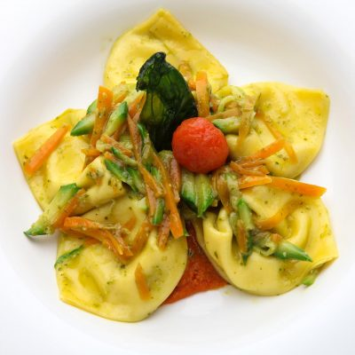 tuscan excelsia catering Tortelli ripieni di burrata con pesto di basilico e verdurine croccanti su pappa al pomodoro morbida 400x400 - Plates