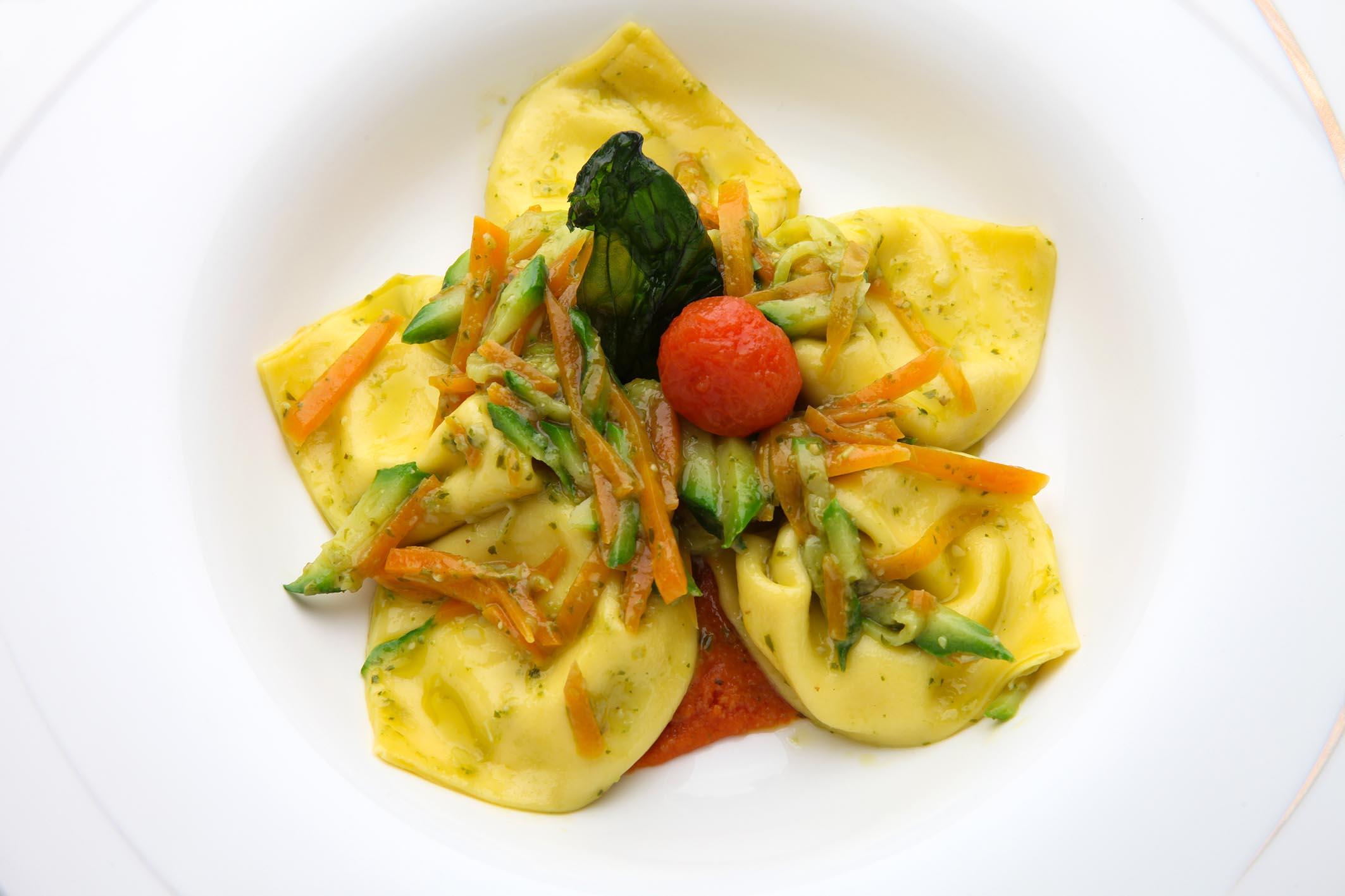 tuscan excelsia catering Tortelli ripieni di burrata con pesto di basilico e verdurine croccanti su pappa al pomodoro morbida