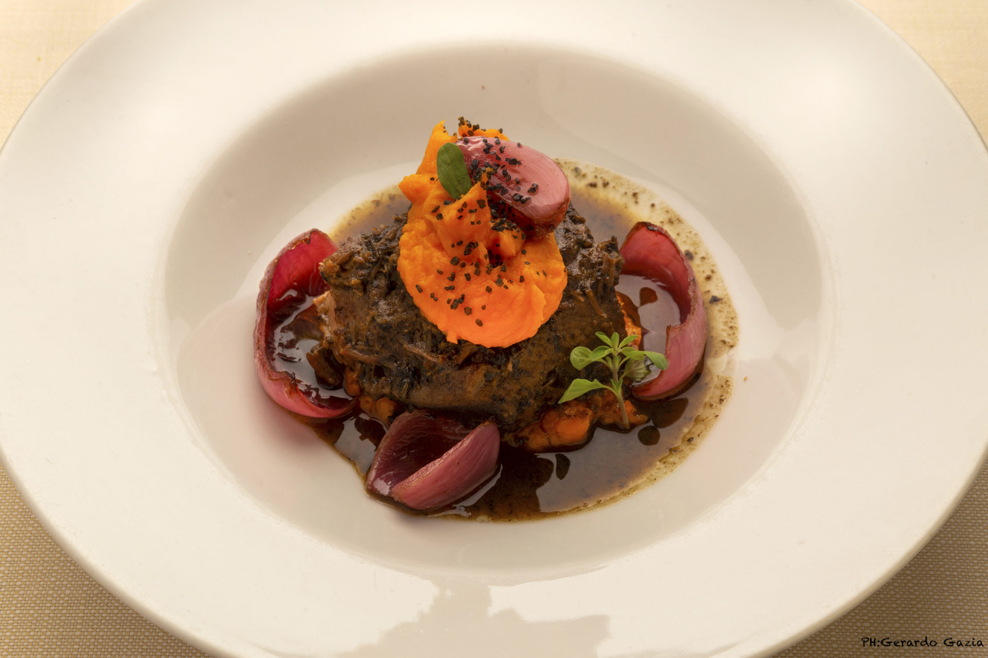 Guancia di vitello brasato servita nel suo fondo quenelle di patata dolce e cipoll rossa cotta ai profumi di stagione Stagionale 1 - Olio Restaurant