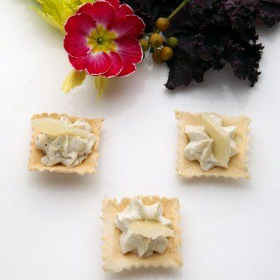 007. Tartellette di pasta brisè con mousse di melanzana e scaglietta di pecorino di fossa 400x400 - INostri piatti
