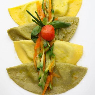 085. Fazzoletti due colori ripieni di ricotta e spinaci con burro emulsionato e verdurine croccanti 400x400 - Our dishes